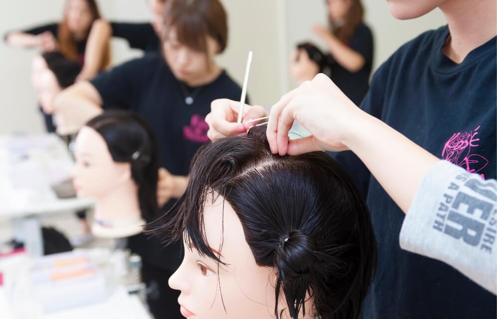 美容師を目指して練習する生徒